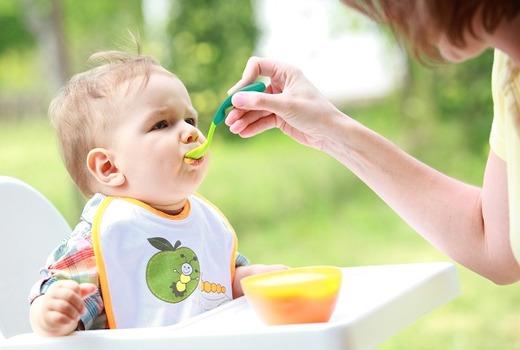 Малыша кормят отваром