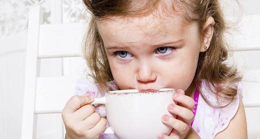 Девочка пьет чай