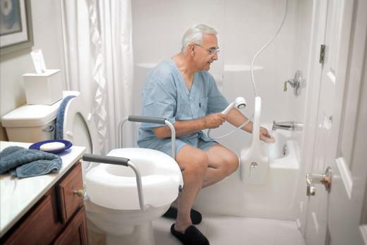 Дедушка в ванной комнате