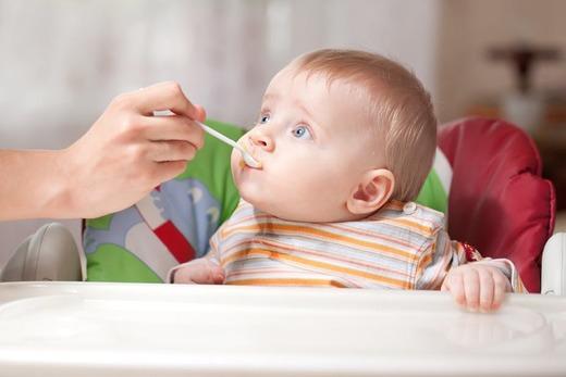 Малыш принимает пищу