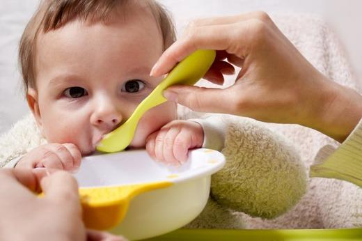 Кормление ребенка желтой ложечкой
