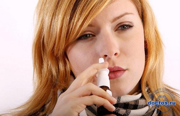 Закапывает нос девушка