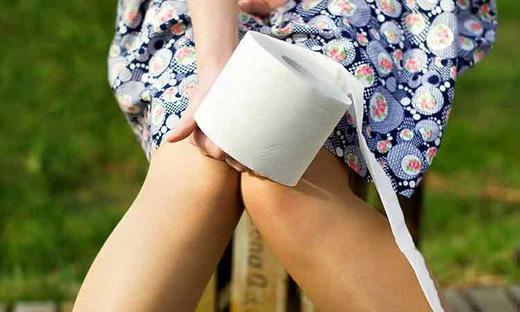 Девушка с туалетной бумагой в руках