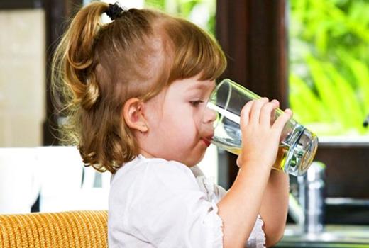 Питье воды девочкой