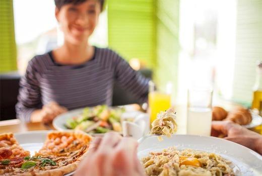 Прием пищи в семейном кругу