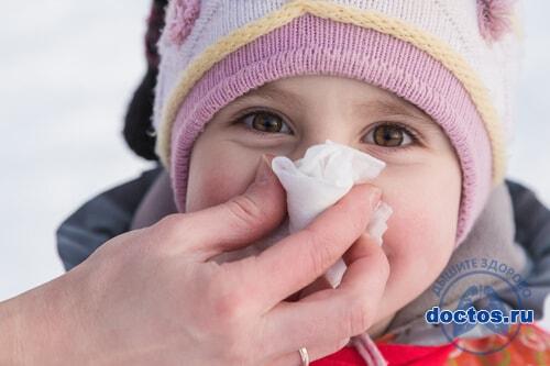 Мама чистит нос ребенку