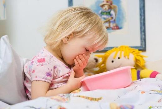 Девочка на кровати над миской