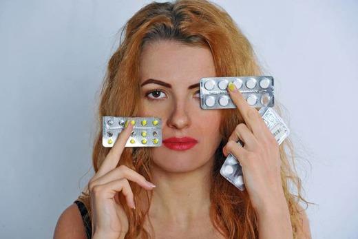 Девушка с таблетками в руках