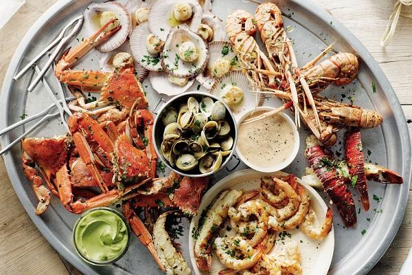 роскошный ужин из морепродуктов