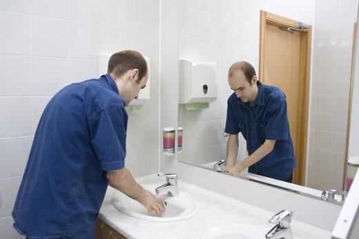 Мужчина моет руки