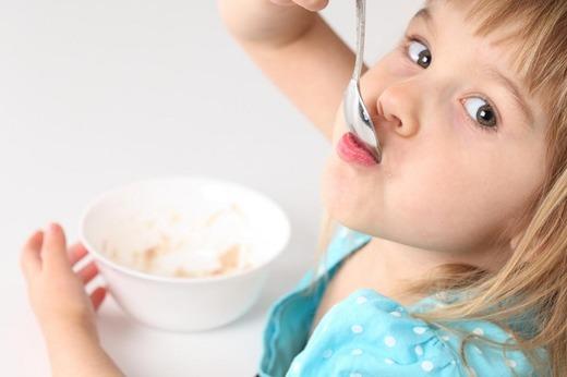 Девочка кушает рисовую кашу