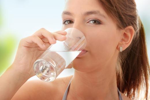 Девушка и стакан с жидкостью