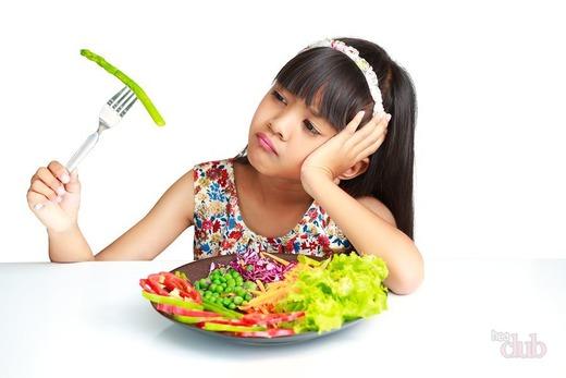 Девочка смотрит на еду