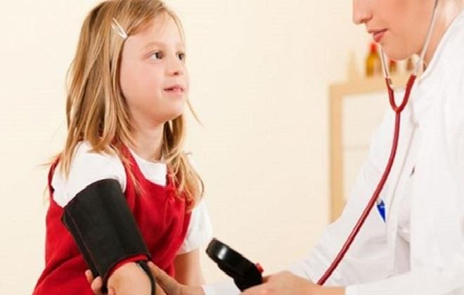 Измерение артериального давления медсестрой у девочки