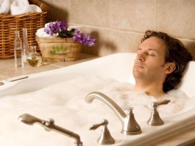 мужчина в теплой ванной