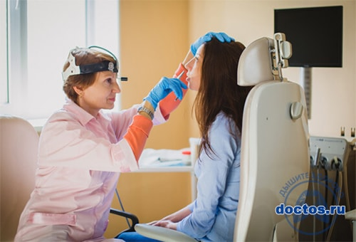 Пациент на осмотре носовых пазух