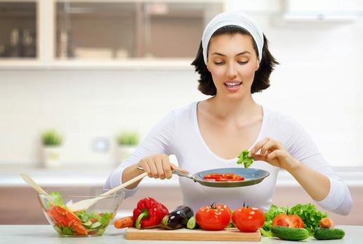 Девушка на диете готовит овощи