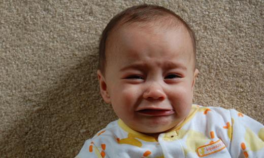 Плачущий маленький ребенок
