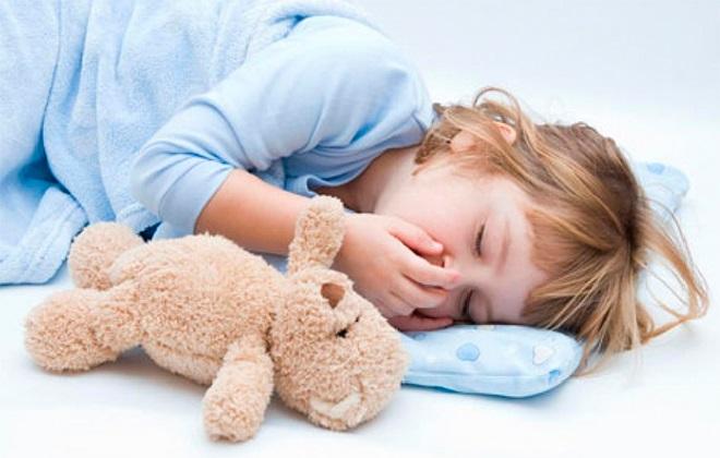 Спящий ребенок с плюшевым мишкой