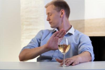 При лечении свечами употреблять алкоголь категорически запрещено