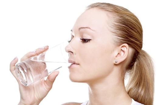 Девушка и стакан воды