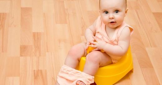 Маленькая девочка на горшке