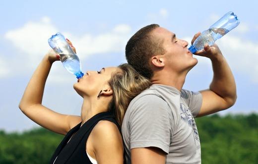 Жаждущие пьют воду