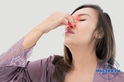 Девушка с больным носом