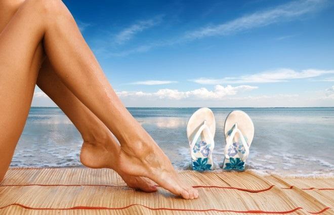 Красивые женские ножки на морском берегу