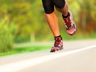 бег мужчины в кроссовках