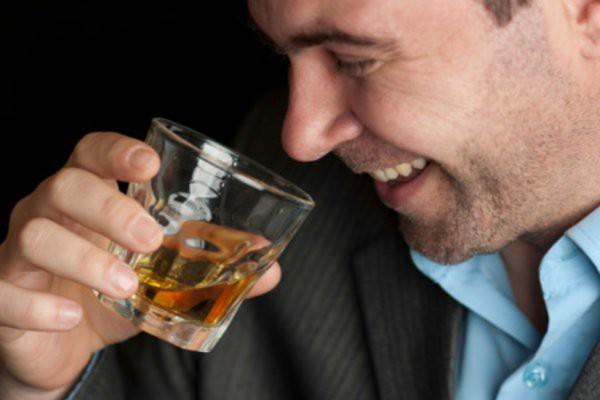 запивает алкоголем